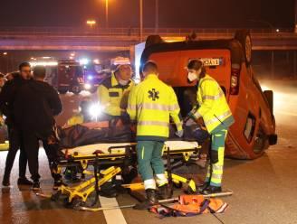 Auto gaat over de kop na aanrijding op E17: twee gewonden