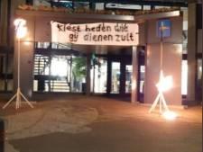 Statement tegen coronapas? Onbekenden hangen doek met Bijbeltekst aan gemeentehuis Urk