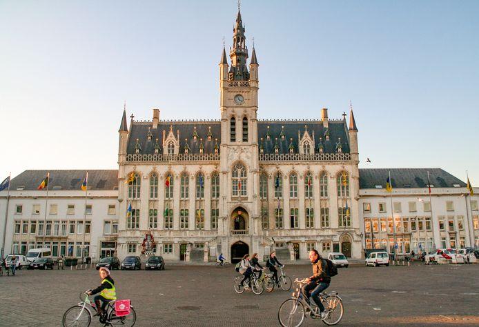 De personeelsinvulling van de schepenkabinetten doet stof opwaaien in het Sint-Niklase stadhuis.