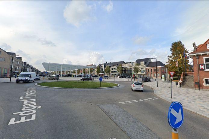 Een aannemer voert gedurende een maand werken uit aan de rotonde voor het marktplein van Sint-Lievens-Houtem.