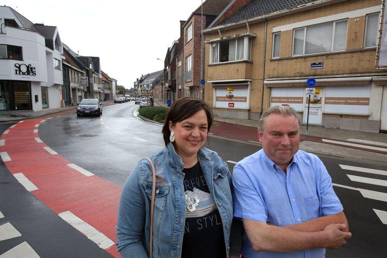 CD&V-raadsleden Charka Dewaele en Henri Destoop op de hoek van de Posterij- en Biebuyckstraat.