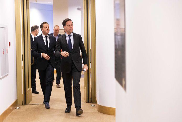 Demissionair premier Mark Rutte en demissionair minister Hugo de Jonge (Volksgezondheid, Welzijn en Sport) op weg naar de persconferentie. Het kabinet wilde niet langer wachten met versoepelen van de coronamaatregelen.