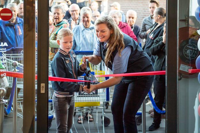 Filiaalleider Susanne Franco Conislla-Otten en 'klant van de toekomst' Neel openen de vernieuwde Aldi.