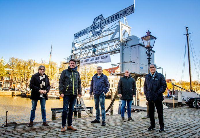 Het bestuur van Platform Wolwevershaven, voor het spandoek. V.l.n.r.: Hans Cornuit, Klaas-Jan Bruinsma, Joost Friebel, Marcel Spijkers en Mario Marchena.