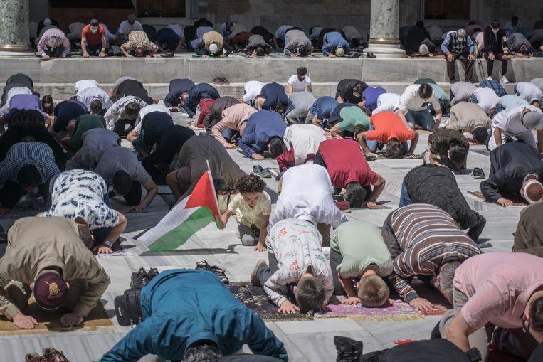 Moslims bidden in Istanbul voor Palestijnen die zijn omgekomen tijdens Israëlische luchtaanvallen op Gaza.  Beeld Getty