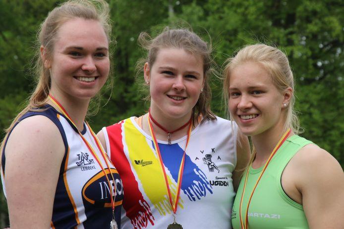 Laura Peeters (m.) naast Lotte Daems (l.) en Lore Geussens op een provinciaal kampioenschap. Ze neemt in Herve ook deel aan het discuswerpen, maar de focus ligt meer op het kogelstoten.