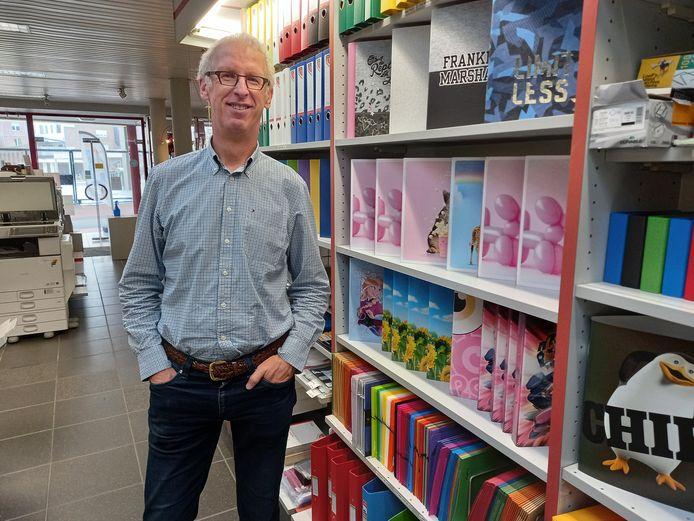 """Dirk Callier in de winkel van de drukkerij. """"Je merkt dat ouders en hun kinderen in september nog vaak naar ons komen voor duurzaam en kwalitatief materiaal."""""""