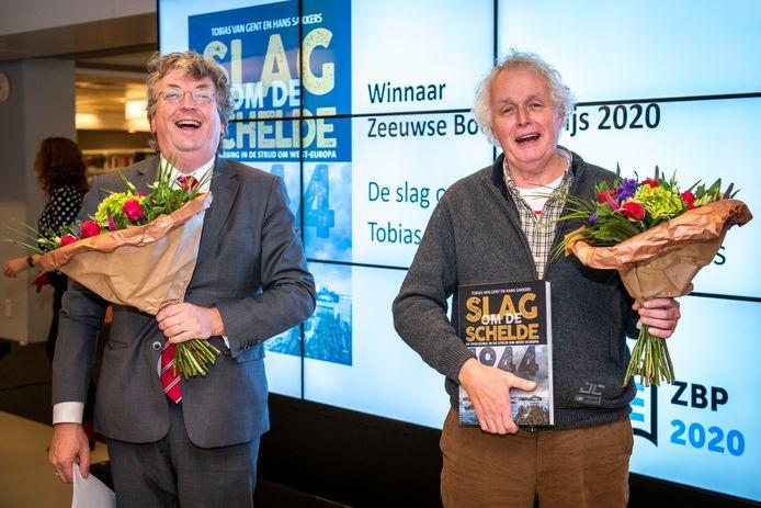 De winnaars van de Zeeuwse Boeken Prijs 2020: Tobias van Gent en Hans Sakkers. Van Gent is dit jaar jurylid