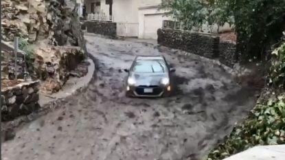 Straffe beelden: auto 'surft' op modderstroom in Californië