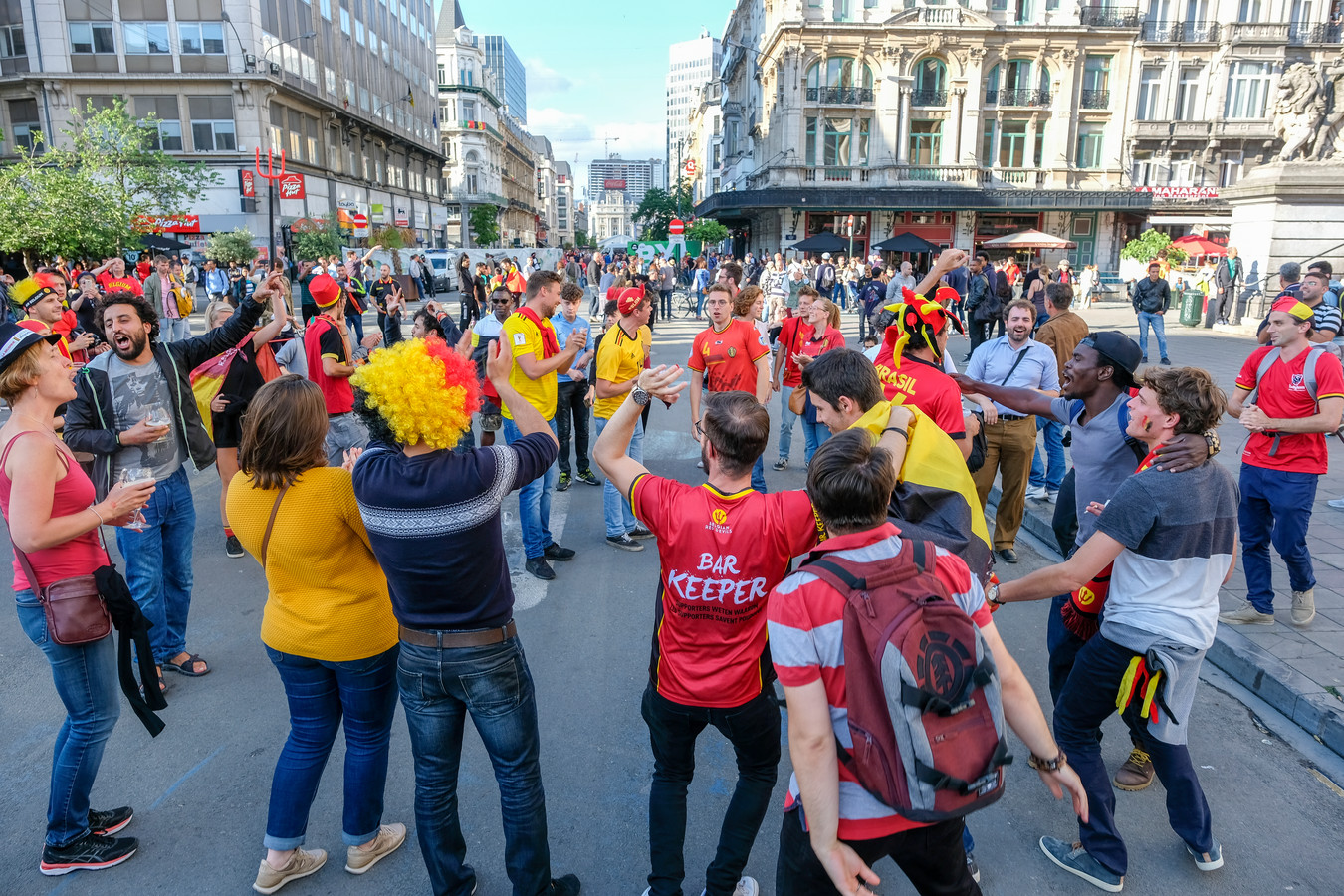 (Archiefbeeld) Belgische supporters troepen samen aan het Beursgebouw tijdens het WK in 2018.