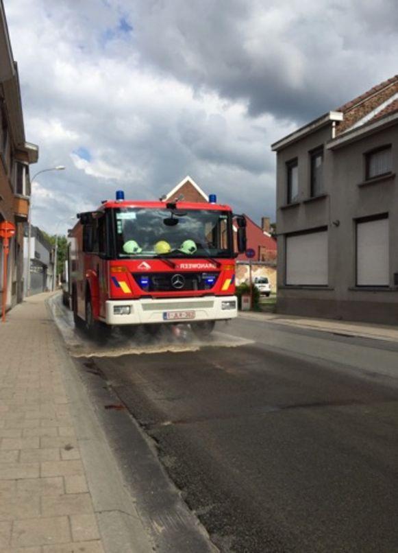 De brandweer kwam het oliespoor opruimen.