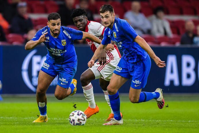 Matus Bero  laat Ajacied Mohammed Kudus achter zich. Oussama Tannane (links) assisteert voor Vitesse