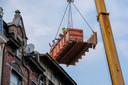 Een container werd gebruikt om twee van de lichamen uit het gebouw te krijgen.
