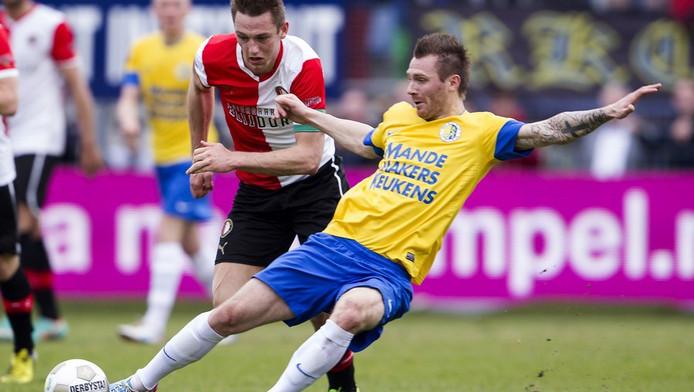 Teddy Chevalier (r) in duel met Stefan de Vrij van Feyenoord.