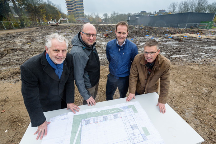 Eerste paal voor de sporthal van de korfbalvereniging aan de Marijkeweg in Wageningen. Van links naar rechts: Han ter Maat (Wethouder), Paul Veltman (Bestuurslid Korfbalvereniging Wageningen), Ronald van Bemmel (www.softs.world) en Egbert-Jan Rots (directeur Rots Bouw B.V.)