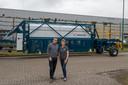 De directeuren Ad Vermeer en Thérèse van Vinken bij de machine die in Frankrijk is getest.