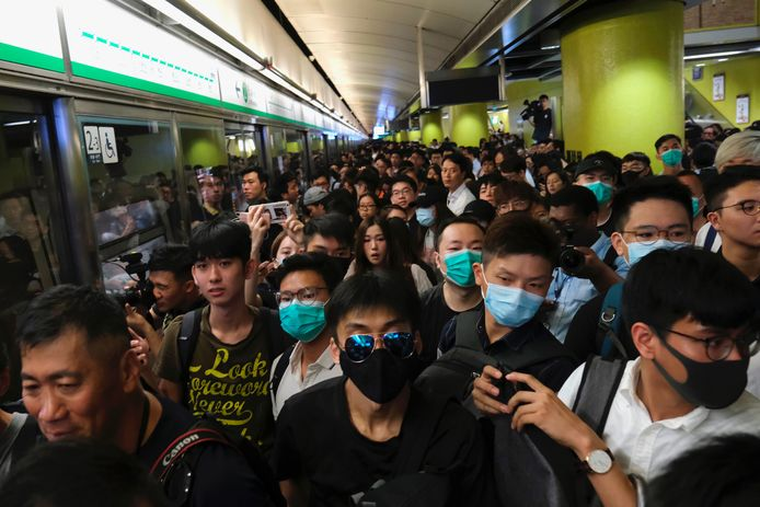 Honderden demonstranten op een treinstation in Hong Kong.