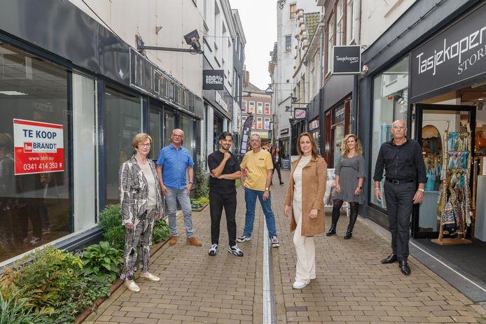 De Roggenstraat krijgt een make-over, om meer mensen naar de straat te trekken. Fietsers gaan in de ban (al was het altijd al verboden) en aan de invulling van de vele leegstaande panden wordt hard gewerkt. Emmely Lefèvre (voorgrond) trekt de kar, maar doet dat samen met de winkeliers uit de straat, zoals (vlnr) Gea Lantinga (Lantinga Naaimachines), Jan Brink (Tasjekopen), Sam Haqparast (Sam's Coffee), Ton Mooring (Vivant Tabak & Co), Jo-Ann Bouwmeester (Saluti Damesmode) en Jan Haverkamp (Hans Anders).