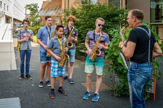 Saxofoondocent Markant speelt met leerlingen voor de deur van Gigant tijdens Cultuurkwartier Open, op zaterdag 27 augustus 2016, foto Gerard Oltmans