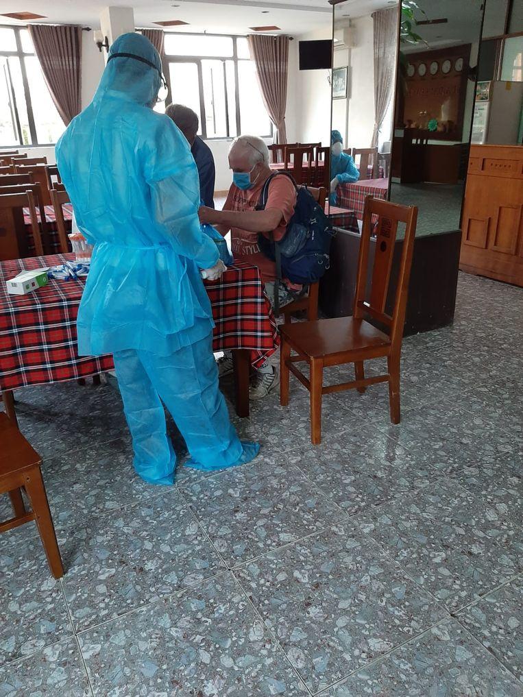 Medische tests worden afgenomen aan de eettafels. Beeld Naomi Theeuwes