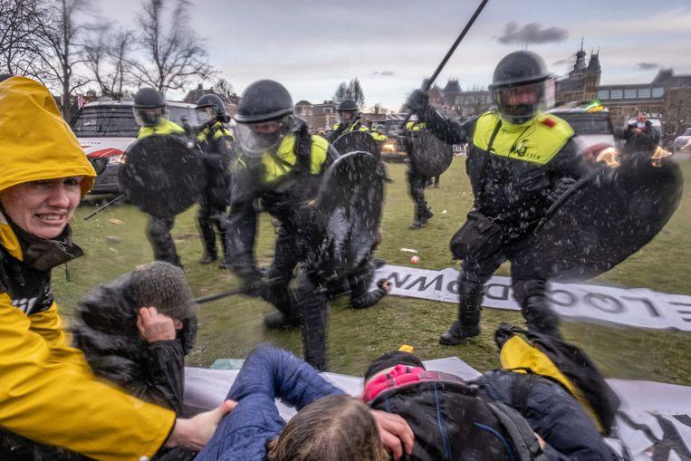 Amsterdam, eind januari 2021. De politie maakt een einde aan een illegale demonstratie tegen de coronamaatregelen op het Museumplein. Beeld Joris van Gennip