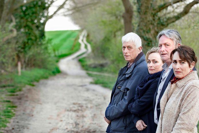 De Groesbeekse familie Janssen, vlakbij de plek waar hun overleden vader is uitgestrooid. Of het écht zijn as was? Daaraan twijfelen de broers en zussen nog steeds. (Vlnr. Dick, Marieke, Ben, Carin)
