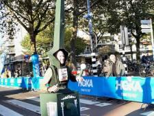 Dit is waarom Gerrit de marathon van Rotterdam liep verkleed als lantaarnpaal