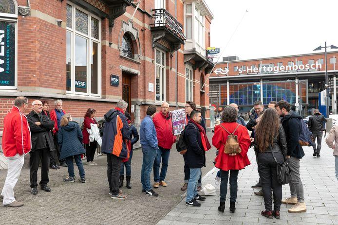 Medewerkers uit de zorg en het onderwijs verzamelden zich dinsdagmiddag bij het station in Den Bosch om de bus naar Den Haag te pakken en daar actie te gaan voeren.