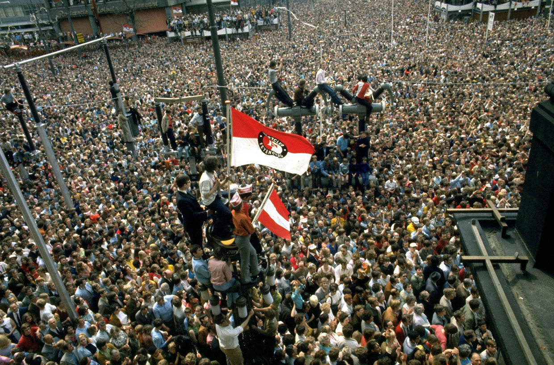 Huldiging van de Feyenoord-spelers op het bordes van het stadhuis aan de Coolsingel in 1970.