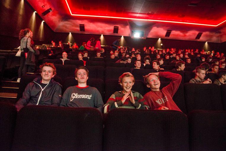 ► Tieners in de bioscoop. De leerlingen hoor je natuurlijk niet klagen over de huidige regeling. Beeld Eric de Mildt