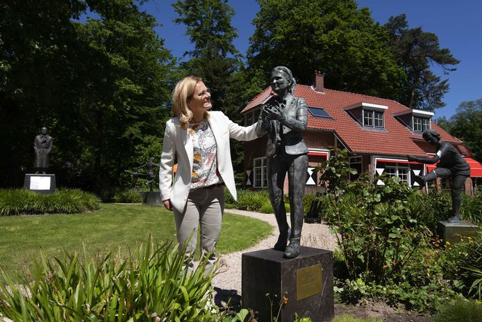 Sarina Wiegman tijdens de onthulling van haar standbeeld in de beeldentuin op de KNVB-campus.