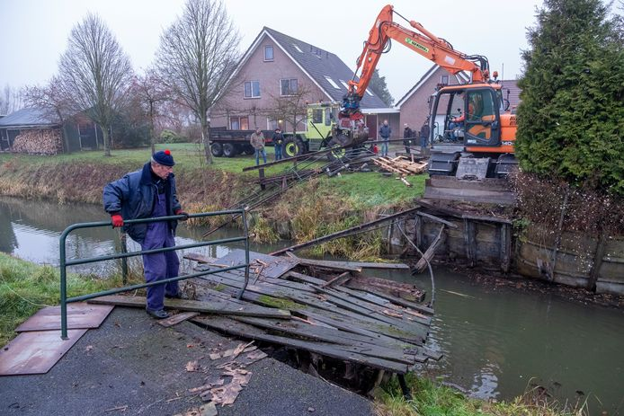 Gerrit Liefers (links) vervangt het gammele houten bruggetje over de Evergunne voor een stalen exemplaar. De Wapenvelder krijgt hulp van alle kanten, want veel mensen maken gebruik van de particuliere brug.