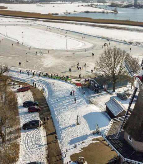 Alleen de leden mogen het ijs op, daarom blijft grote drukte uit op de ijsbanen