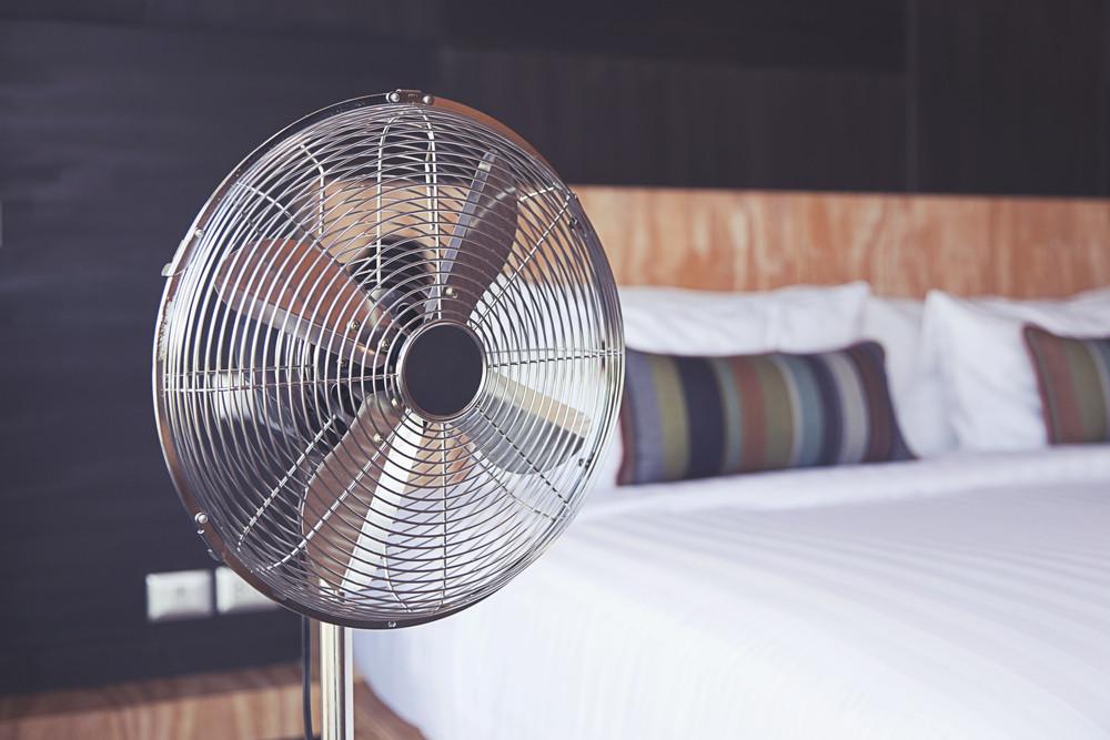 Ventilatoren zijn momenteel niet aan te slepen. Iedereen zoekt een beetje verkoeling in de slaapkamer.