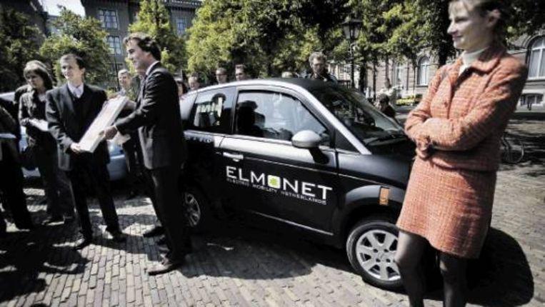 Het certificaat van minister Eurlings maakt de Think tot de allereerste elektrische auto die de Europese weg op mag. (FOTO WERRY CRONE, TROUW) Beeld