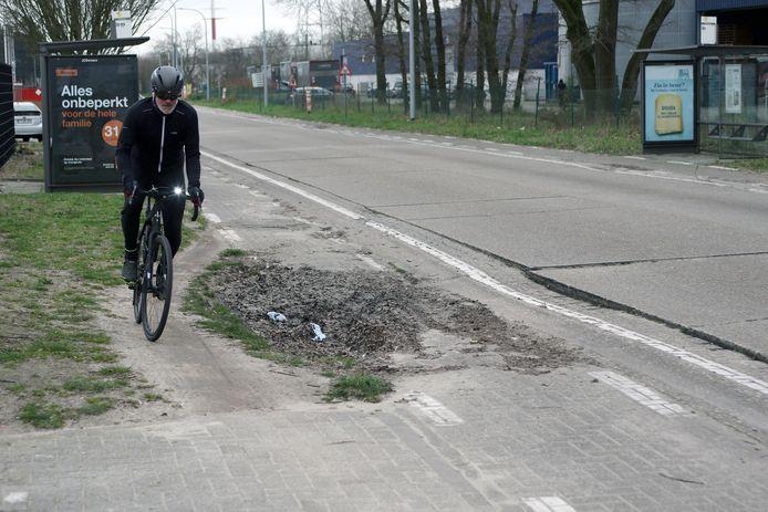 Het fietspad in de Tieblokkenlaan ligt er slecht en gevaarlijk bij.