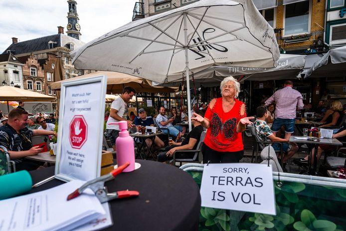 Gasten vieren feest op het terras van café Tijl Uilenspiegel op de Markt in Den Bosch.
