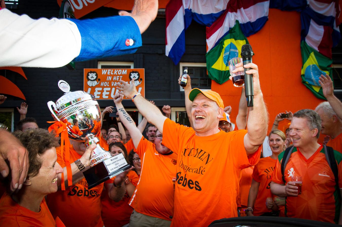 Café Sebes in Dordrecht werd in 2014 uitgeroepen tot het leukste oranjecafé van Nederland. Zondag speelt Nederland zijn eerste EK-wedstrijd, maar vanwege de coronacrisis mag er geen voetbal gekeken worden in de kroeg. Eigenaar Hubèrt Sebes: ,,We hebben niet eens versierd.''