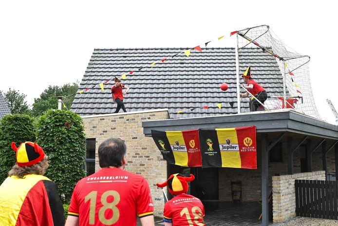 #RedChallenge Moorselde: strafschoppen trappen op carport van je ouders onder applaus van familie en vrienden.