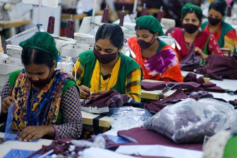Naaisters aan het werk in een fabriek  in Savar, Bangladesh. Beeld AP