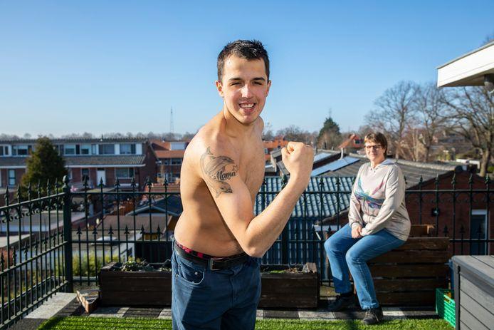 Demiun Jansen op het dakterras van zijn huis met zijn pleegmoeder Marian Rink. Op zijn arm staat een tatoeage van zijn overleden, biologische moeder Denise. Zo is hij 'omringd' door zijn beide moeders.
