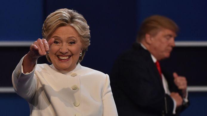Hillary Clinton wuif naar het publiek na een debat met Donald Trump in 2016.