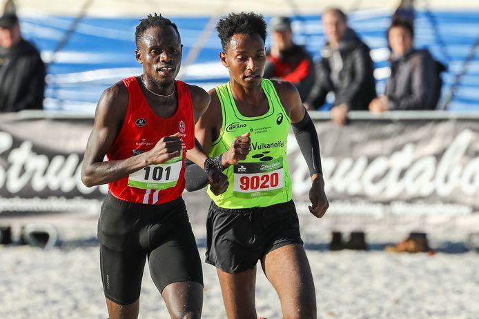 Isaac Kimeli en Samuel Fitwi strijdend op het Zilvermeerstrand tijdens de vorige editie.