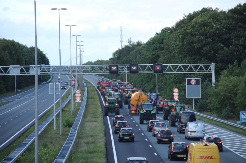 De stoet trekkers van boeren die aangifte hebben gedaan in Apeldoorn, gaat via de A1 weer terug.