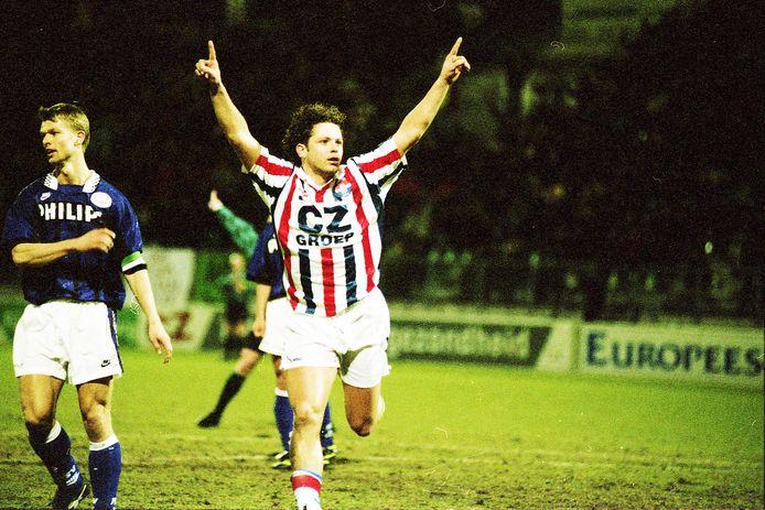 Jack de Gier juicht nadat hij een doelpunt gemaakt heeft tijdens Willem II  PSV in het seizoen 1995/1996.