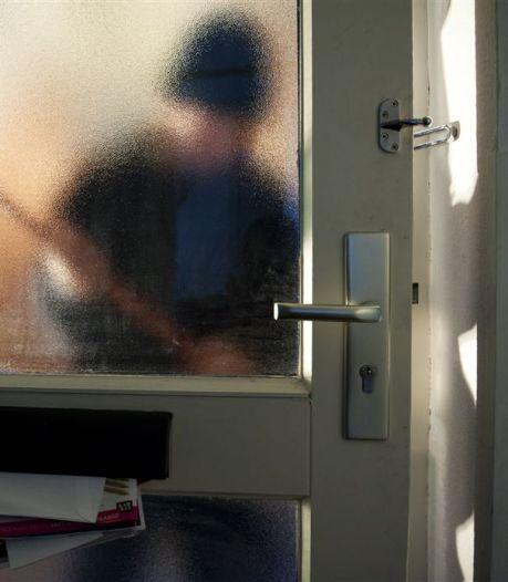 Bejaarde vrouw gooit door sluwe oplichterstruc geld, sieraden en pinpassen uit haar raam