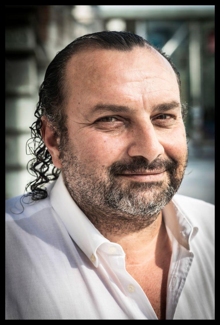 Yilmaz Kursun: 'Mijn neven in Turkije zetten grote ogen op toen ik met mijn voetbal tegen een muurtje begon te sjotten. Een leren voetbal, dat hadden ze nog nooit gezien.' Beeld Saskia Vanderstichele