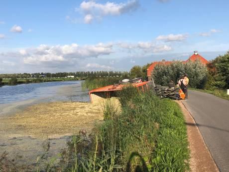 Tractor verliest wagen, maïs stroomt rivier in