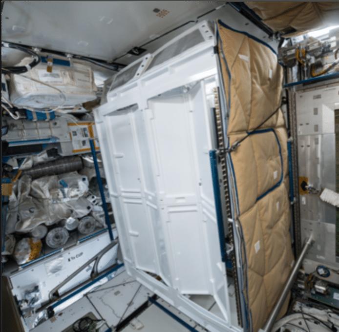 Het toilet in het internationaal ruimtestation, met hokjes zoals op Aarde.