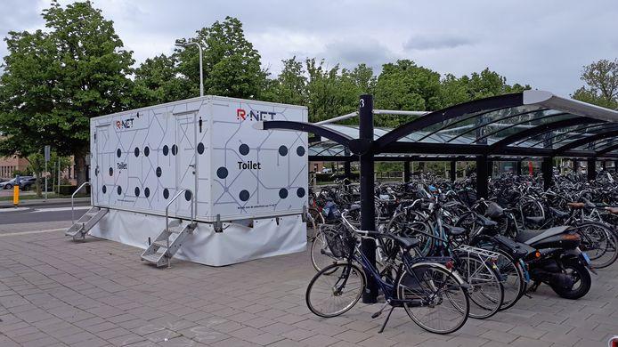 De toiletwagen die bij het station in Sliedrecht stond. Beetje onhandig voor iemand in een rolstoel.